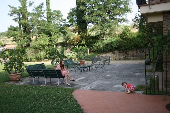 Le Mandrie di Ripalta: Public area in front of restaurant