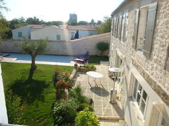 Un Banc au Soleil : Cour intérieure avec piscine