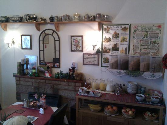 Torridon Guest House: Salón para el desayuno, con 1 mesa para cada habitación