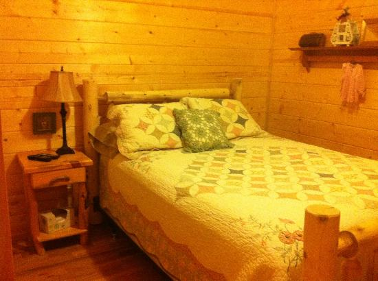 Cedar Rock Cabins: Master Bedroom in Violet's Song