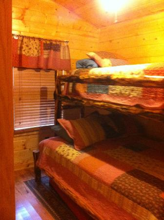 Cedar Rock Cabins: Second Bedroom in Violet's Song