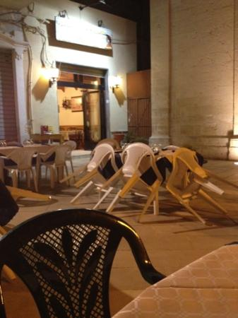 Trattoria Pizzeria Dante: Outdoor eating in the piazza