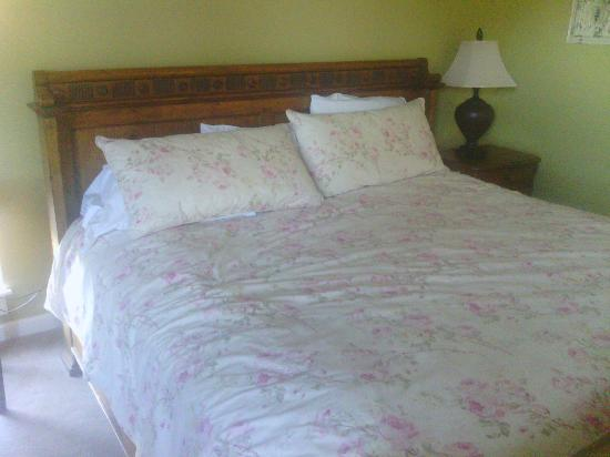 The Village Inn of Skaneateles: Comfy bed