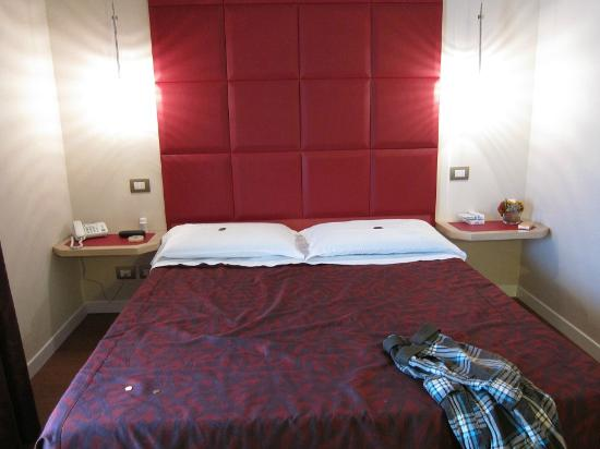 Roma Boutique Hotel: very comfy bed