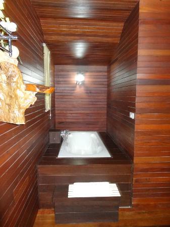 Baan Habeebee Resort : Baignoire bungalow De Luxe