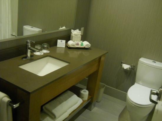 Coast Coal Harbour Hotel: modern bathroom