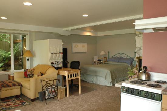 Seahurst Garden Studio: Comfy Queen Bed