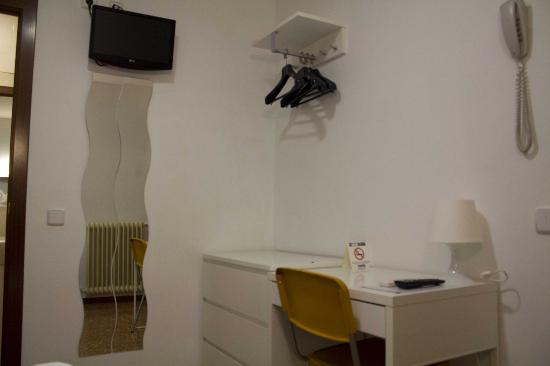 Catalunya Express: Single room with tv, desk, hanging space and full length mirror
