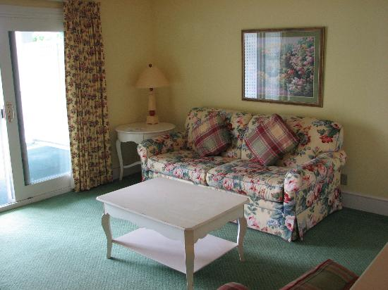 The Inn at Stonecliffe: Sitting area in summer house suite.