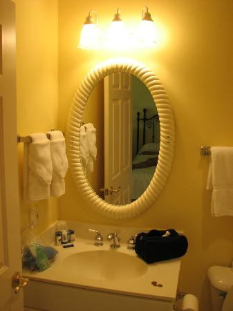 The Inn at Stonecliffe: Bathroom mirror.