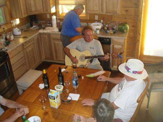 Turtle Tracks Riverfront Resort, LLC : Our host serenading us.