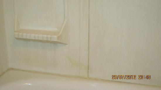 Econo Lodge: Disgusting Bathtub