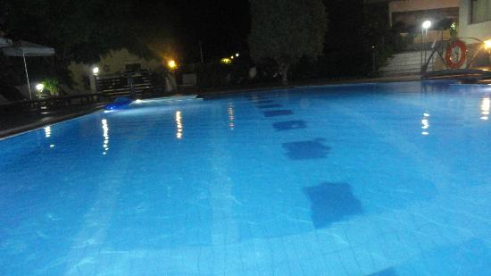 Yakinthos Hotel: piscina by night