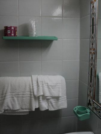 هوتل توري دي بوربوني: bathroorm furniture 
