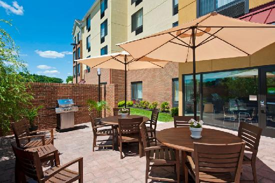 TownePlace Suites Bethlehem Easton: Relax on our Patio