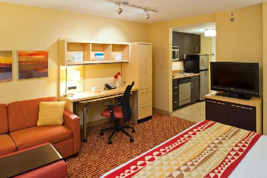 TownePlace Suites Bethlehem Easton: Studio King Suite includes Full Kitchen, Work Desk, and Pull Out Couch