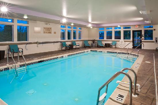 TownePlace Suites Bethlehem Easton: Relax in the Pool, its open daily!