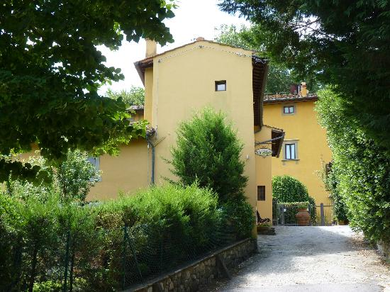 Lombrichino Bed & Breakfast: The villa through the trees