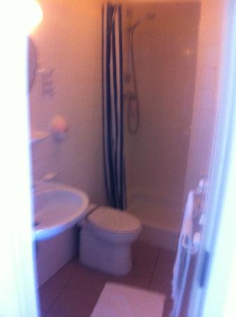 Palace Hotel: Washroom area.