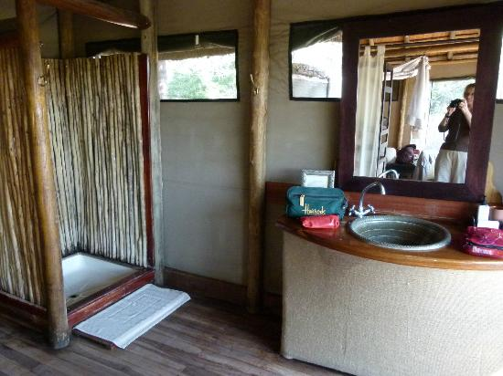 Wilderness Safaris DumaTau Camp: Chalet bathroom