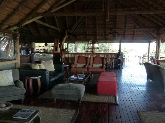 Wilderness Safaris DumaTau Camp: Main lounge/bar