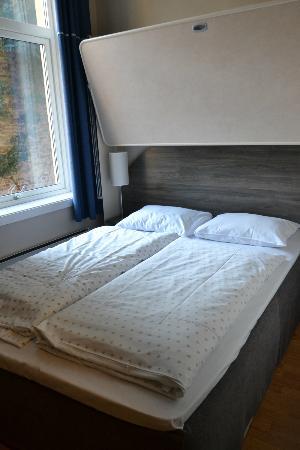 Sjoglott Hotel : la stanza: notare che sopra il letto matrimoniale c'è un altro letto!!!