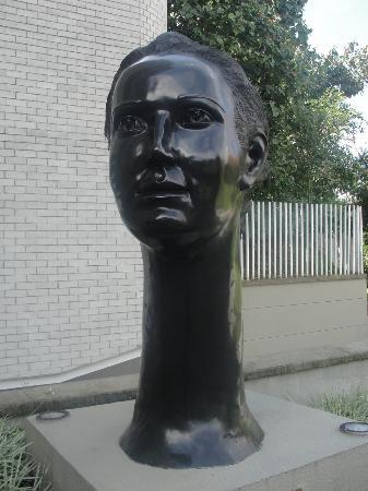 Hotel Poblado Alejandria: Escultura a la entrada del hotel