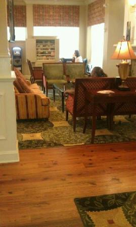 Hilton Garden Inn Savannah Midtown: Concierge in the lobby