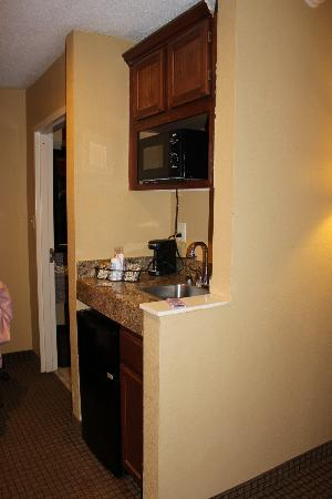 Comfort Inn & Suites: Small kitchen area