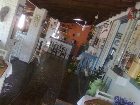 Pouso Caminho das Artes: Área social com recepção, ambiente para leitura e o bar ao fundo