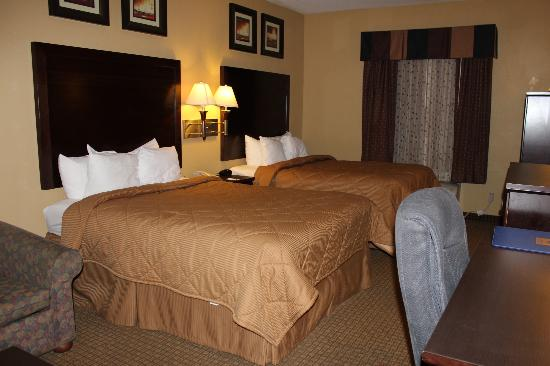 Comfort Inn & Suites: Two queen beds