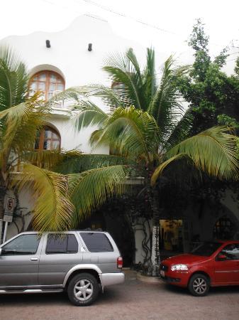 هوتل كوكو ريو: In front of the hotel 