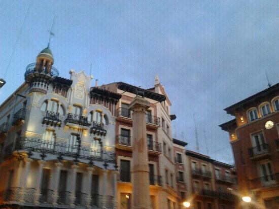 Hostal Aragon : la plaza del torico,la calle del hostal para en esta plaza