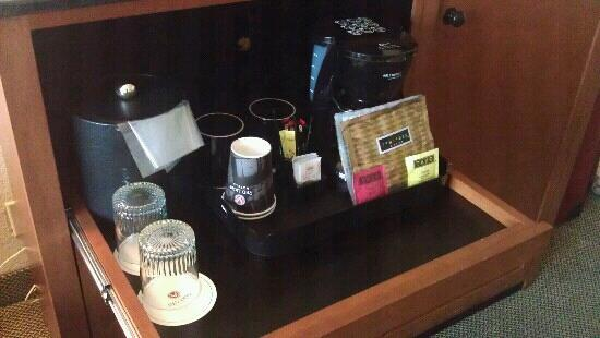 Red Lion Hotel Seattle Airport: tea, coffee, creamer etc.. very presentable