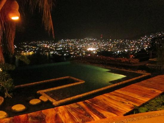 ‪كاسا كويتلاتيكا: The Casa Cuitlateca infinity pool at night