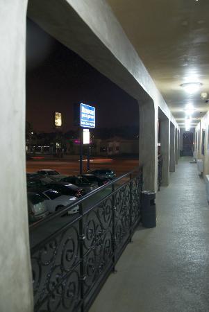 Rodeway Inn & Suites Pacific Coast Highway: Corridoi dell'albergo
