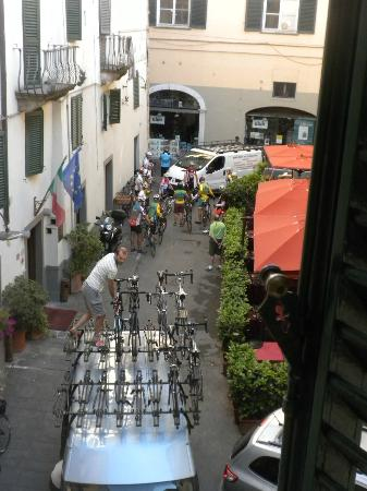 Hotel La Luna: The hustle bustle from our room