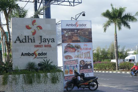 Adhi Jaya Sunset Hotel: Parking area of hotel
