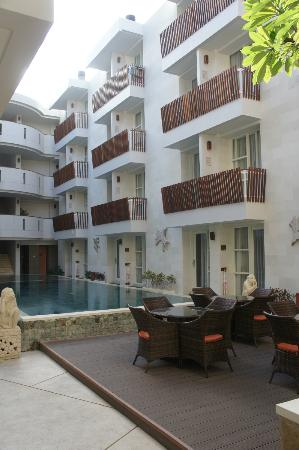 Adhi Jaya Sunset Hotel: Swimming Pool area