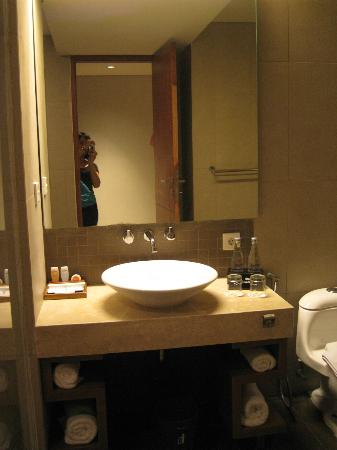 Adhi Jaya Sunset Hotel: Bathroom