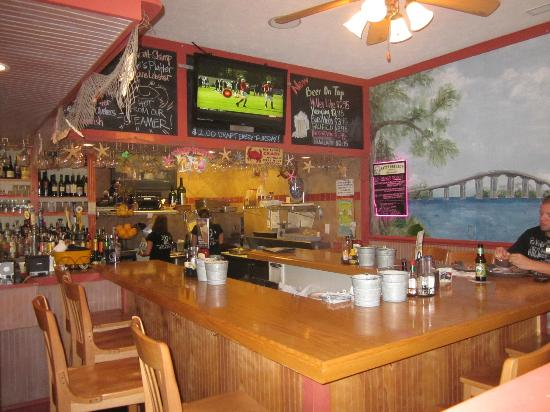 MJ's Raw Bar & Grille: Bar area