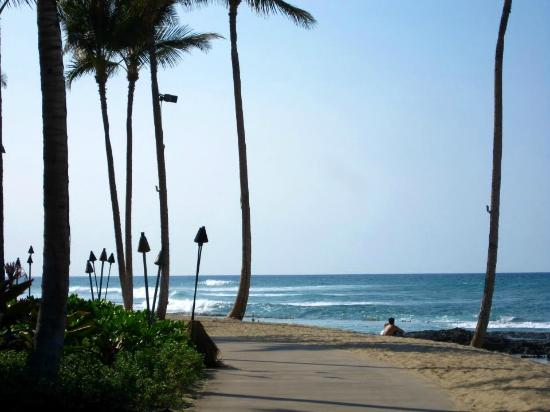 Four Seasons Resort Hualalai: Walkway along the beach