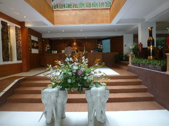 Buaraya Hotel Chingmai: The entrance hall with in the background, the reception