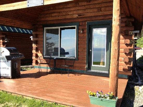Alaskan Suites: Front deck
