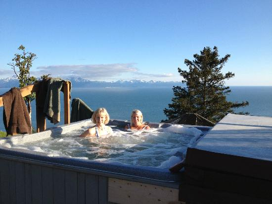 Alaskan Suites: Hot tub with million dollar view