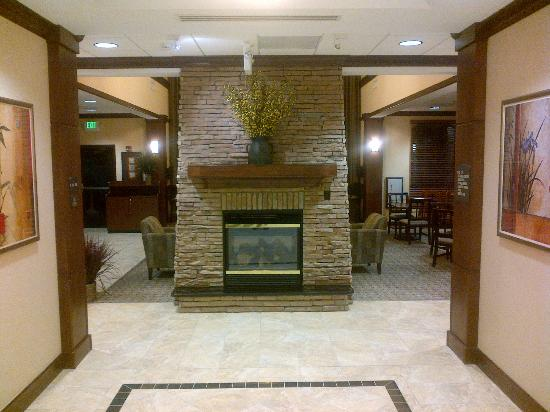 Staybridge Suites North Charleston: Fireplace in Lobby