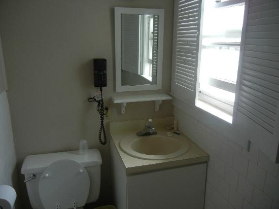 Woodward's Resort: cottage bathroom