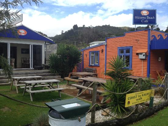 Waiomu Beach Cafe: Additional inside seating next door and outdoor tables
