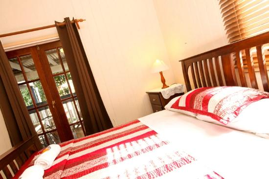 Bowen Terrace International Accommodation: QUEEN ROOM