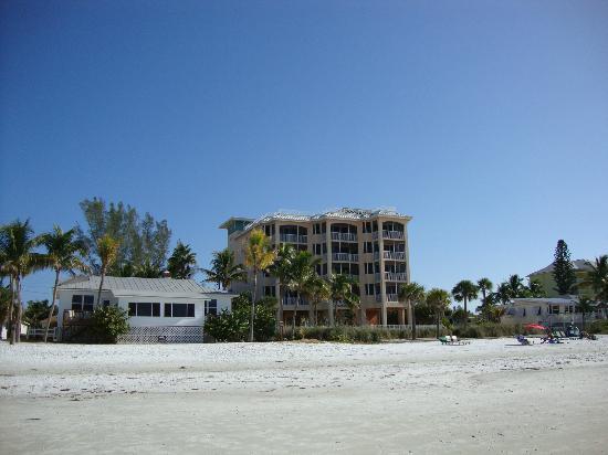 Cornerstone Beach Resort: Cornerstone from the beach